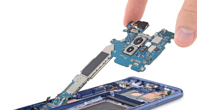 Phần bo mạch chủ của Galaxy S9 có thể tháo rời dễ dàng khỏi khung máy chỉ bằng 1 chiếc tua vít. Nguồn: iFixit