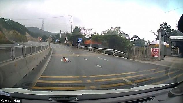 """Khoảng khắc em bé bò trên cao tốc """"gây sốc"""". Nguồn: DailyMail"""