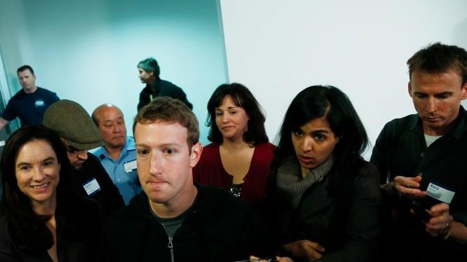 Mark Zuckerberg và Facebook đang vướng phải rắc rối chưa từng có. Nguồn: BI