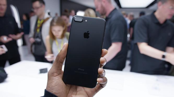 iPhone 7 và iPhone 7 Plus vẫn đem lại trải nghiệm sử dụng tốt dù ra mắt đã lâu. Nguồn: BI