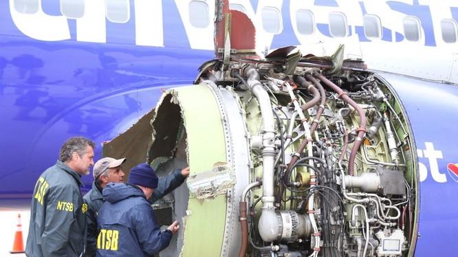 Động cơ trên chiếc Boeing 737-700 đã phát nổ giữa bầu trời gây nên nỗi kinh hoàng cho hành khách. Nguồn: CBS