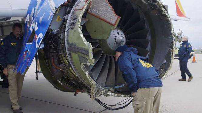 Cánh quạt thứ 13 bị vỡ văng vào trục quay của động cơ là nguyên nhân của vụ tai nạn khiến một hành khách thiệt mạng. Nguồn: DallasNews
