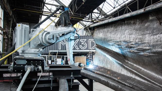 Robot 6 trục đang thực hiện công việc in 3D từ thép nóng chảy. Nguồn: Dezeen
