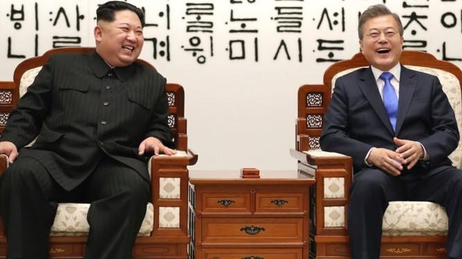 Chủ tịch Triều Tiên Kim Jong Un và Tổng thống Hàn Quốc Moon Jae-in đã có những giây phút cười đùa vui vẻ trong Hội nghị thượng đỉnh lên Triều 27/4. Nguồn: BI