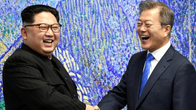 Chủ tịch Triều Tiên Kim Jong Un vui vẻ bắt tay Tổng thống Hàn Quốc Moon Jae-in tại khu phi quân sự (DMZ). Nguồn: Reuters