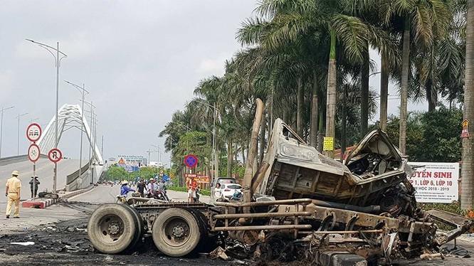 Hiện trường vụ tai nạn nghiêm trọng rạng sáng ngày 9/5. Nguồn: Vietnamnet