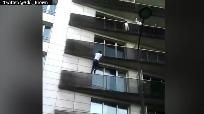 """""""Người nhện Paris"""" Mamoudou Gassama leo bằng tay không lên tầng 4 của một tòa chung cư để giải cứu bé trai mắc kẹt. Nguồn: Twitter"""