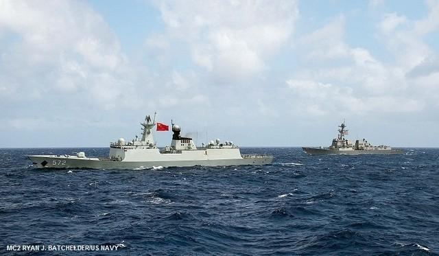 Hai tàu chiến của Hải Quân Mỹ đang hoạt động tuần tra trên biển Đông. Nguồn: CNN