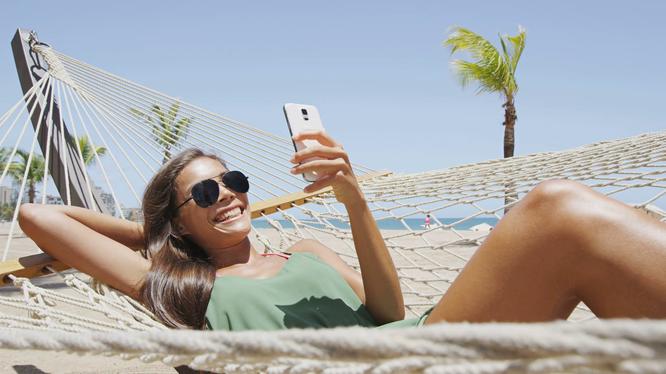 Nước biển và cát là kẻ thù của smartphone. Ảnh: DT