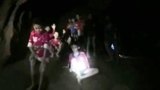 12 cậu bé và HLV của đội bóng nhí Thái Lan được tìm thấy an toàn trong một hang động. Ảnh: AP