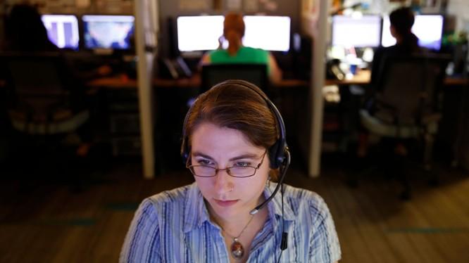 Các điện thoại viên tại các trung tâm chăm sóc khách hàng có nguy cơ mất việc vì Google Duplex. Ảnh: AP
