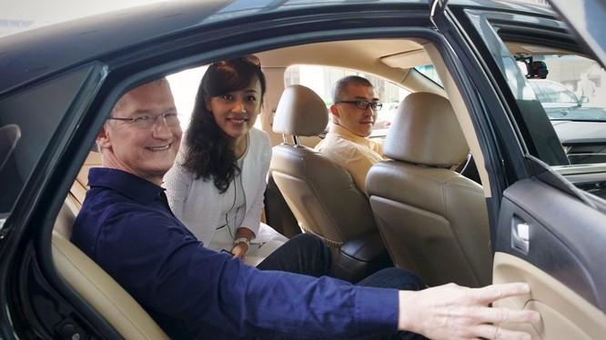 CEO Tim Cook trong một chuyến công tác tới Trung Quốc. Ảnh: BI