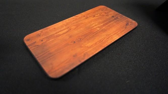 Tấm kính cường lực mô phỏng chất liệu gỗ cho smartphone. Ảnh: Mashable