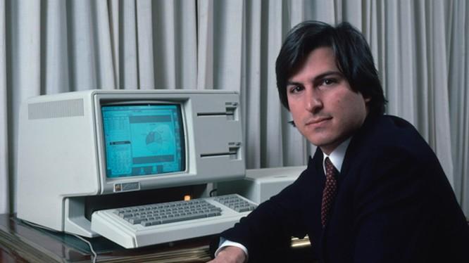 Ông Steve Jobs bên cạnh chiếc Apple Lisa. Ảnh: TheRegegister