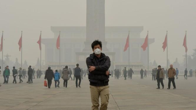 Nghiên cứu công bố năm 2015 cho thấy mỗi ngày tại Trung Quốc có 4.000 người chết do ô nhiễm không khí. Trung bình mỗi năm có 1.6 triệu người Trung Quốc qua đời bởi ô nhiễm không khí, chiếm 17% nguyên nhân tử vong tại quốc gia tỷ dân. Ảnh: CNN Money