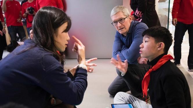 CEO Apple xuất hiện tại Trung Quốc trong tuần qua. Ảnh: ChinaDaily