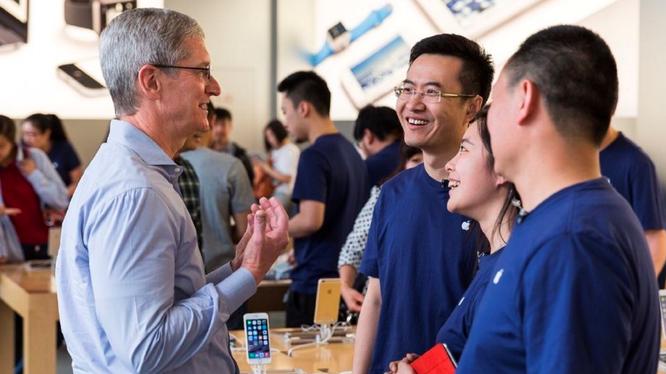 CEO Tim Cook tại cửa hàng Apple Store ở Trung Quốc. Ảnh: Fortune