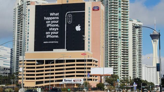 """Tấm biển quảng cáo khổng lồ đặt tại một mặt khách sạn nhìn ra Trung tâm Hội nghị Las Vegas, nơi tổ chức Hội trợ Triển lãm Tiêu dùng CES, kèm thông điệp: """"Điều gì xảy ra trên iPhone, sẽ ở lại trên iPhone""""."""