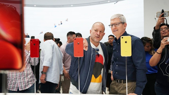 Ông Tim Cook và Jony Ive trong buổi lễ ra mắt iPhone 2018. Ảnh: 9to5mac