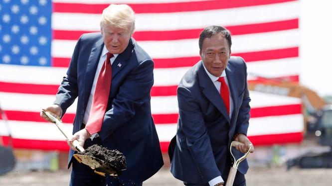"""Tổng thống Mỹ Donald Trump và Chủ tịch Foxconn Terry Gou tại lễ động thổ """"Dự án 686"""" xây dựng nhà máy tại Wisconsin. Ảnh: NAR"""