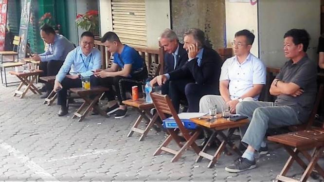 Tổng thống Argentina Maurico Macri thưởng thức cafe vỉa hè trên đường Lý Thường Kiệt. Ảnh: Clarin
