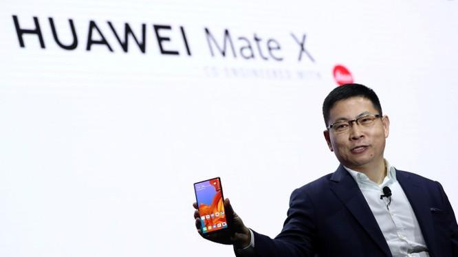 Chủ tịch mảng thiết bị di động Huawei Richard Yu giới thiệu mẫu smartphone gập, hỗ trợ 5G đầu tiên của hãng - Mate X. Ảnh: Zeebiz