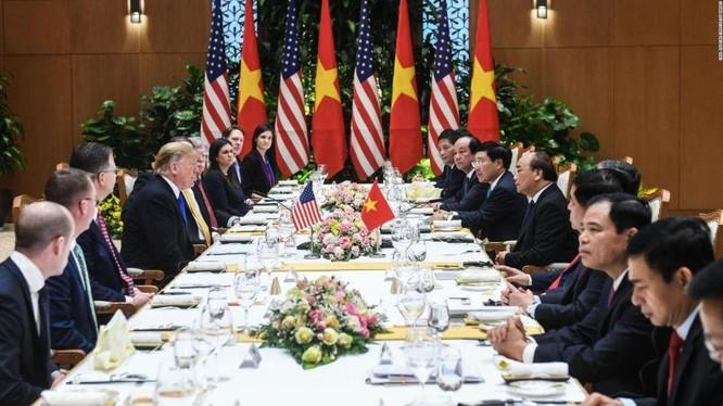 Tổng thống Mỹ Donald Trump dùng bữa cùng Thủ tướng Nguyễn Xuân Phúc tại Phủ Chủ tịch. Ảnh: CNN