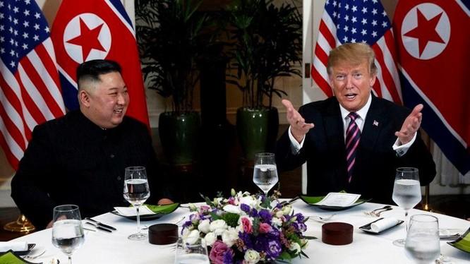 Tổng thống Mỹ Donald Trump và Chủ tịch Triều Tiên Kim Jong-un đã bắt đầu hội nghị thượng đỉnh lần thứ 2 bằng bữa tối thân mật tại Khách sạn Metropole. Ảnh: CNN