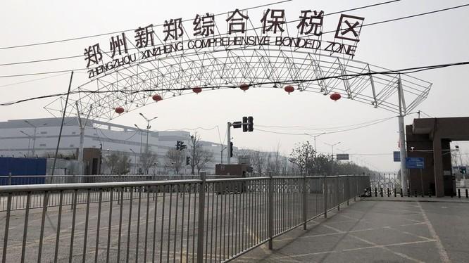 Cổng vào nhà máy sản xuất iPhone lớn nhất thế giới ở thành phố Trịnh Châu, Trung Quốc. Ảnh: SCMP