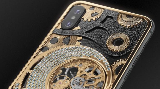 Mặt lưng ấn tượng của phiên bản iPhone XS từ Caviar. Ảnh: BI