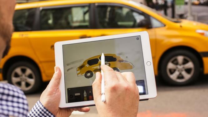 Quá trình sạc Apple Pencil bằng iPad Pro có thể khiến chìa khóa từ xa của ô tô ngừng hoạt động. Ảnh CNET