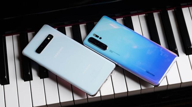 Huawei P30 Pro và Samsung Galaxy S10 Plus. Ảnh minh họa: Android Authority