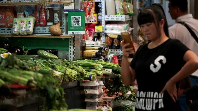Thanh toán qua mã QR được chấp nhận cả ở các tiệm kinh doanh rau quả, thực phẩm nhỏ tại Trung Quốc. Ảnh: TO