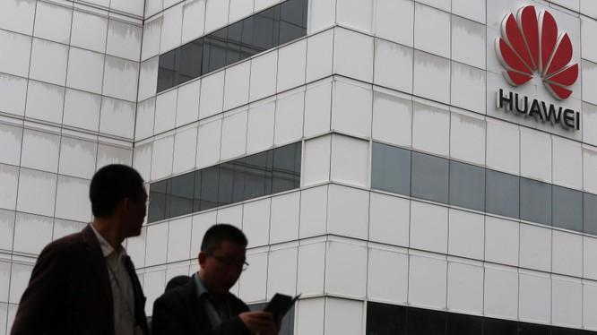 Cấm cửa Huawei sẽ làm giảm khả năng giám sát của phương Tây với công nghệ Trung Quốc. Ảnh minh họa: WSJ