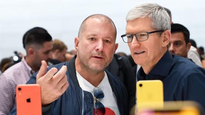 Ông Jony Ive (phải) và CEO Apple Tim Cook (trái). Ảnh: CNBC