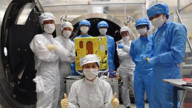 Nhóm kỹ sư và chuyên gia Việt Nam thử nghiệm vệ tinh Micro Dragon tại Viện Công nghệ vũ trụ, thuộc Viện hàn lâm Khoa học và công nghệ Việt Nam - Ảnh: Viện Công nghệ vũ trụ cung cấp
