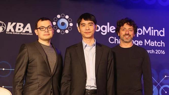 Từ trái qua, Demis Hassabis (CEO của DeepMind), Le Sedol (nhà vô địch cờ vây thế giới) và Sergey Brin (chủ tịch của Alphabet) trong sự kiện AlphaGo thách đấu Le Sedol. Ảnh Business Insider