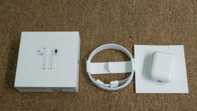Mẫu tai nghe không dây mới của Apple gồm tai nghe, cáp sạc lightning và sách hướng dẫn.