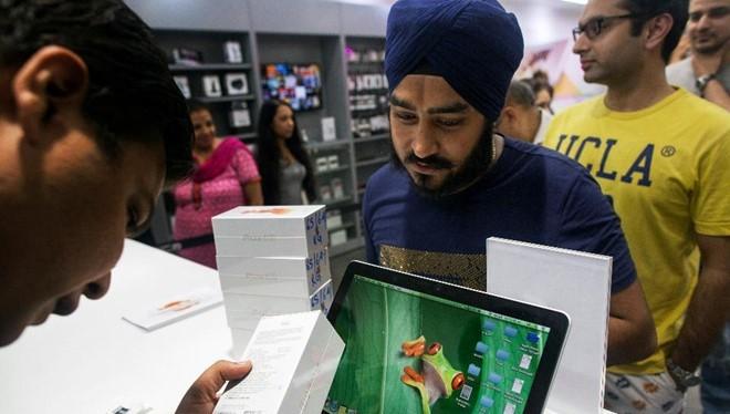 iPhone là mặt hàng xa xỉ ở Ấn Độ. Ảnh: Forbes.