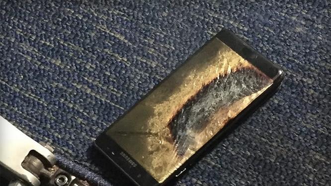 Chiếc Galaxy Note 7 của một hành khách phát nổ trên máy bay ngày 5/10/2016. Ảnh: The Verge