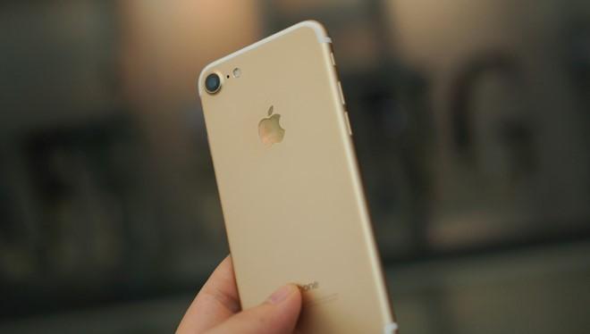 Phone 7 qua sử dụng có ngoại hình đẹp, nhiều máy chỉ sạc 1-2 lần, giá bán hiện ở mức 13,5 triệu đồng. Ảnh: Thành Duy.