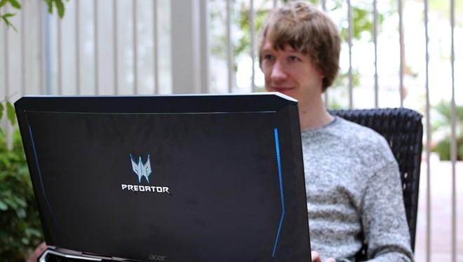 Chiếc laptop hầm hố này sở hữu cấu hình siêu mạnh mẽ, màn hình cong 21 inch và cân nặng lên đến 8 kg