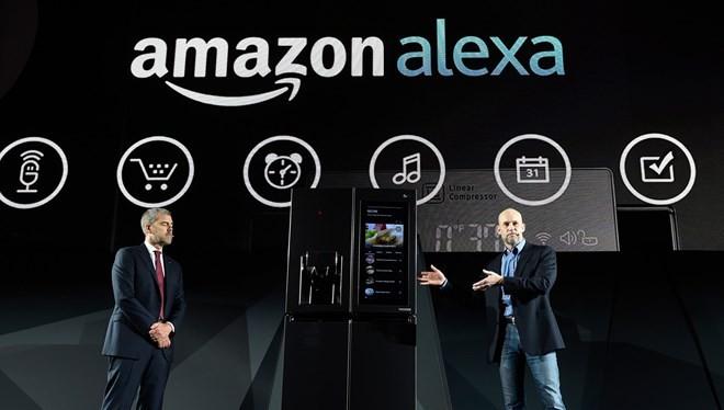 LG giới thiệu tủ lạnh thông minh với trợ lý ảo Alexa của Amazon tích hợp bên trong, tại CES 2017. (Nguồn: Getty)