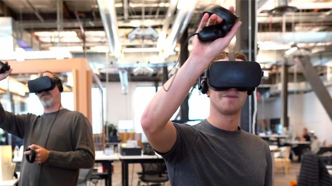 Mark Zuckerberg đang thử thiết bị thực tế ảo Oculus VR
