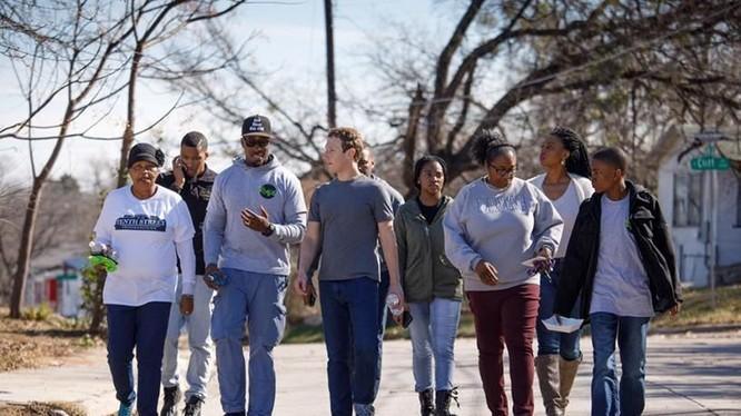 Mark Zuckerberg cùng với người dân của Oak Cliff, gần Dallas, Texas.