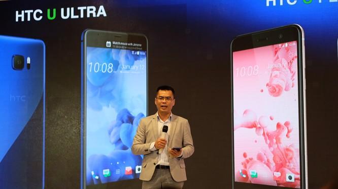 Giám đốc HTC Việt Nam giới thiệu bộ đôi HTC U tại buổi ra mắt.