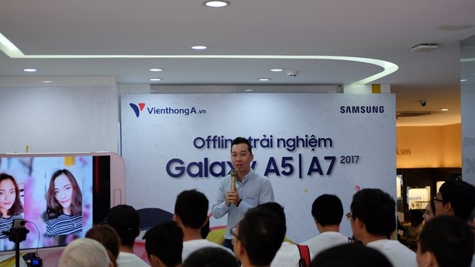 Chuyên gia của Samsung khuyên người dùng không nên nhúng điện thoại dòng A vào... tháp bia