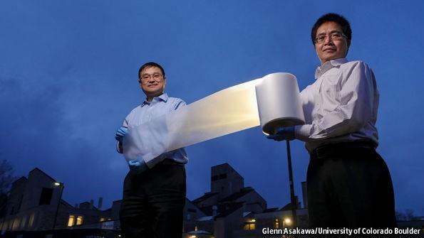 Tiến sĩ Yang và Yin bên phát minh của mình