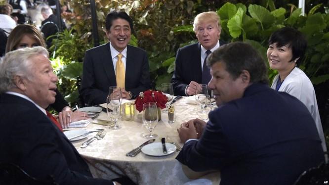 Tổng thống D.Trump và Thủ tướng Abe bên bàn tiệc