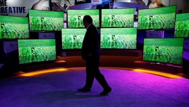 Chọn mua TV là công việc không đơn giản. Ảnh: AP.
